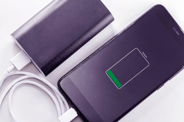 Smartphone telefone está cobrando do banco de potência