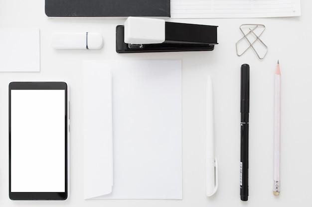 Smartphone vazio com papelaria