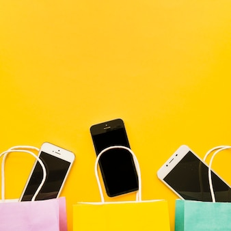 Smartphones em sacolas de compras