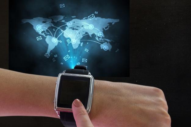 Smartwatch com ícones de mensagens e um mapa do mundo