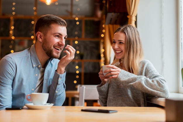 Smiley amigos conversando e tomando café