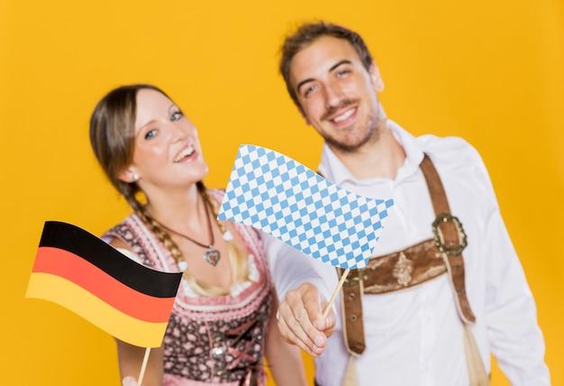 Smiley amigos da baviera com bandeira alemã