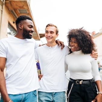 Smiley amigos interculturais abraçando