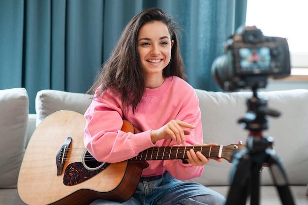 Smiley blogger gravando-se com seu violão