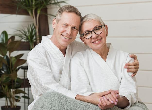 Smiley casal sênior de mãos dadas