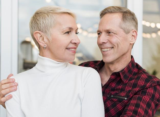 Smiley casal sênior, olhando um ao outro com amor