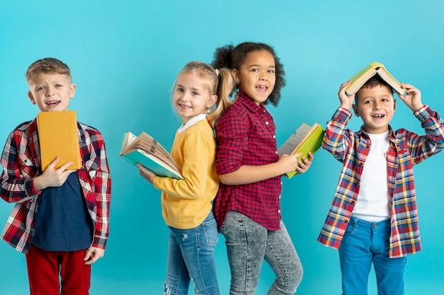 Smiley crianças lendo