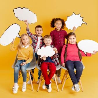 Smiley crianças segurando bolhas do bate-papo