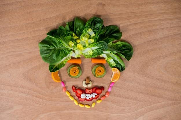 Smiley face feita de confeitaria e produtos hortícolas