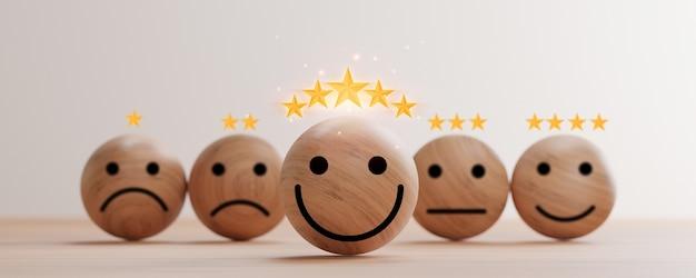 Smiley face impressão de tela em esfera de madeira com cinco estrelas douradas na mesa para excelente classificação de avaliação do cliente por renderização 3d.