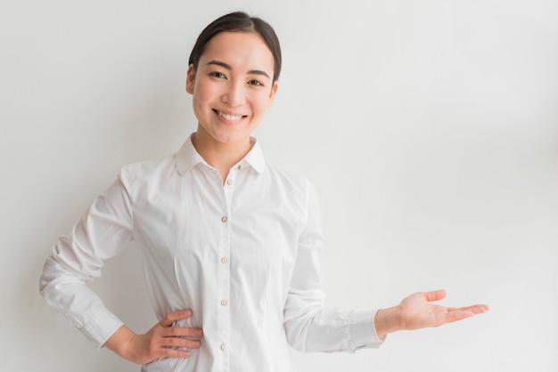 Smiley fêmea com mão apresentando