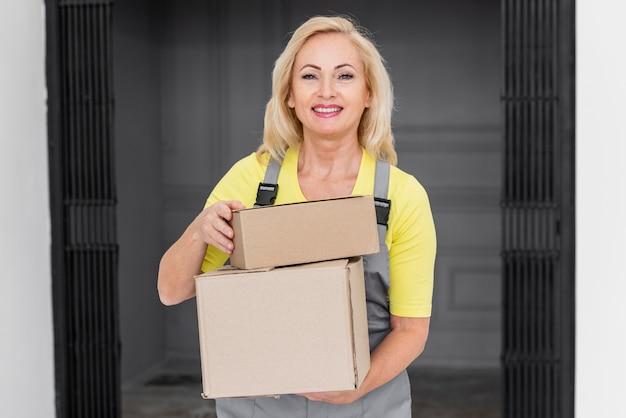 Smiley feminino carregando pacotes