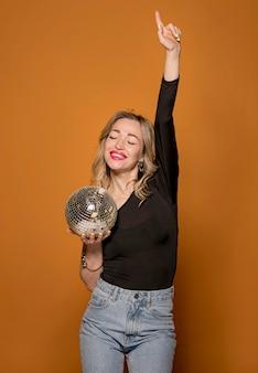 Smiley feminino com globo de festa