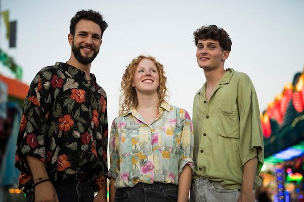 Smiley grupo de amigos ao ar livre