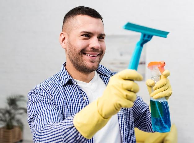 Smiley homem de limpeza com toalhetes de janela
