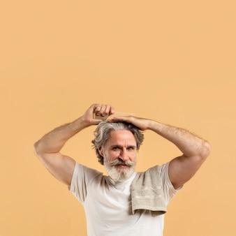 Smiley homem mais velho, pentear o cabelo