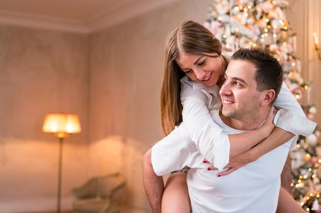 Smiley homem pegando carona mulher com espaço de cópia