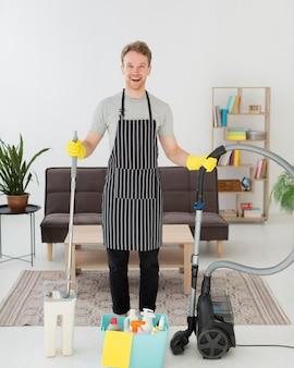 Smiley homem preparado para limpar