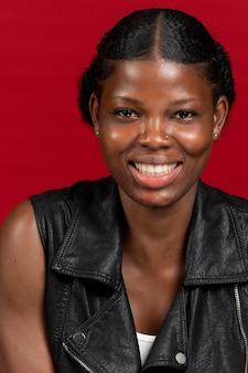 Smiley linda mulher africana