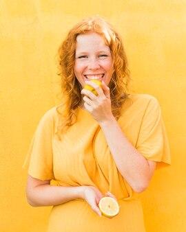 Smiley menina lambendo limão