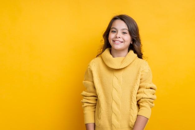 Smiley menina vestindo roupas sazonais