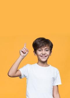 Smiley menino apontando