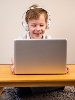Smiley menino jogando videogame