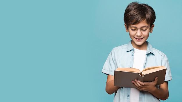 Smiley menino lendo livro