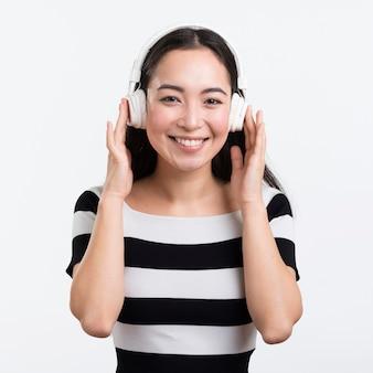 Smiley mulher bonita com fones de ouvido