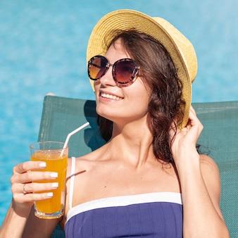 Smiley mulher bonita com um cocktail
