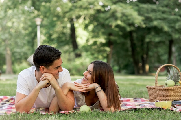 Smiley mulher e homem olhando uns aos outros
