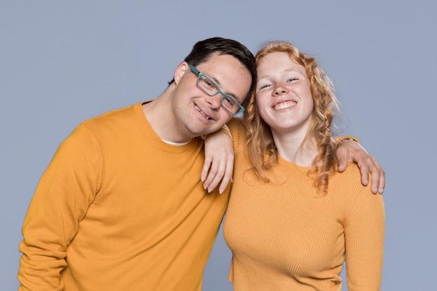 Smiley mulher e homem posando juntos