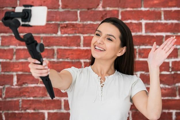 Smiley mulher gravando um vídeo
