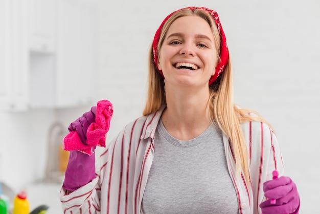 Smiley mulher limpando a casa