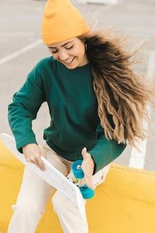 Smiley mulher rolando rodas de skate