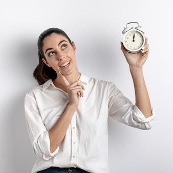 Smiley mulher segurando o relógio
