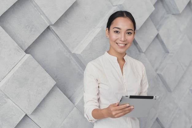 Smiley mulher segurando tablet cópia-espaço