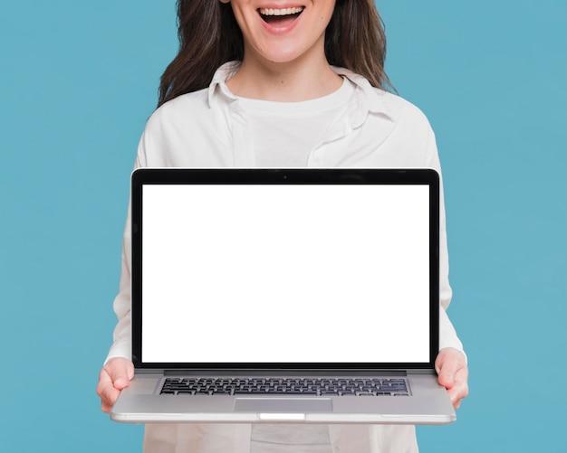 Smiley mulher segurando um laptop