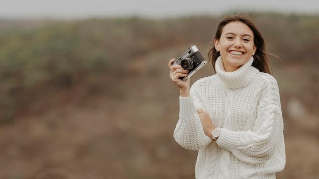 Smiley mulher segurando uma câmera
