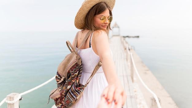 Smiley mulher segurando uma mão