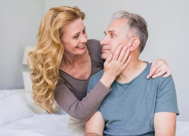 Smiley mulher sênior no amor com o homem dela