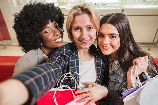 Smiley mulheres adultas tomando uma selfie