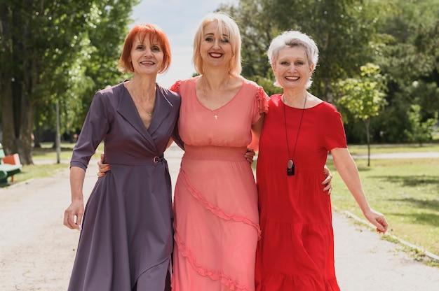 Smiley mulheres sênior juntas