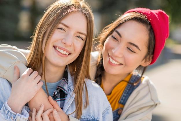 Smiley namoradas abraçando