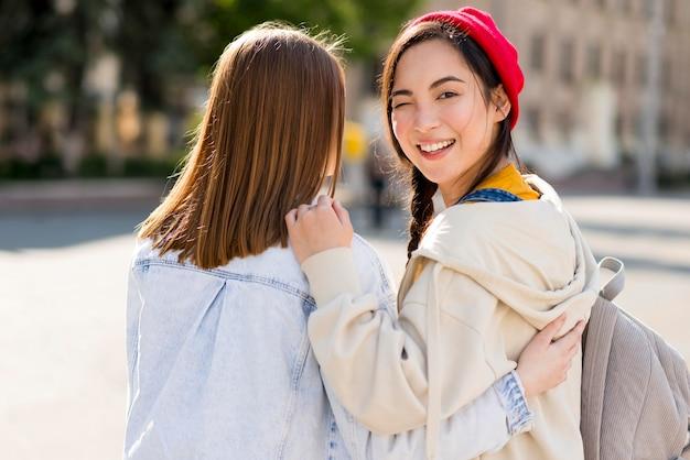 Smiley namoradas andando