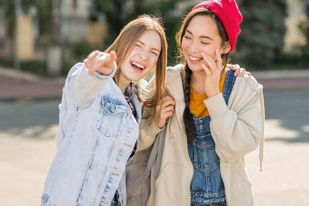 Smiley namoradas se divertindo