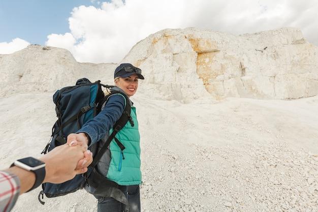 Smiley viajante adulto segurando parceiros mão