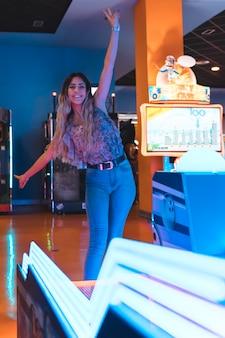 Smilling garota posando com luzes de néon