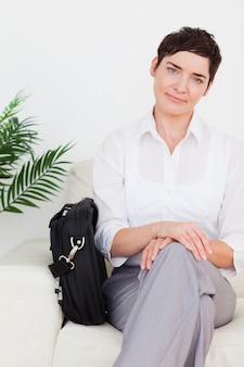 Smirking businesswoman com um saco