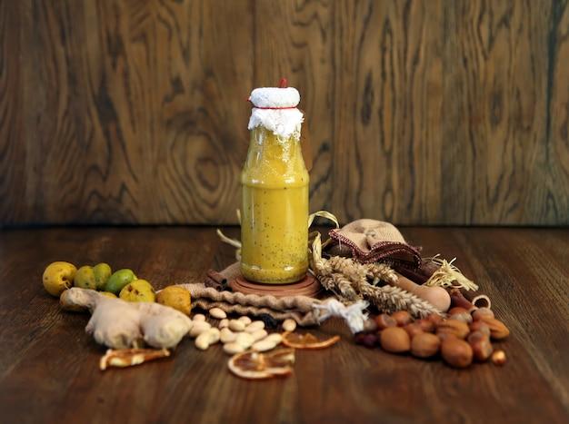 Smoothie amarelo na garrafa bebida colorida uma alimentação saudável para o café da manhã com dieta de desintoxicação vegana